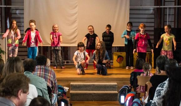 Klasse 4b bei ihrem Tanz