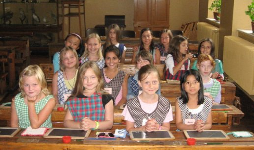 Mädchen im Schulmuseum