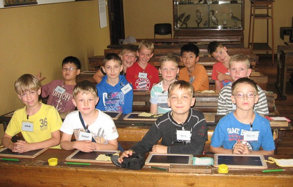 Die Jungen im Schulmuseum
