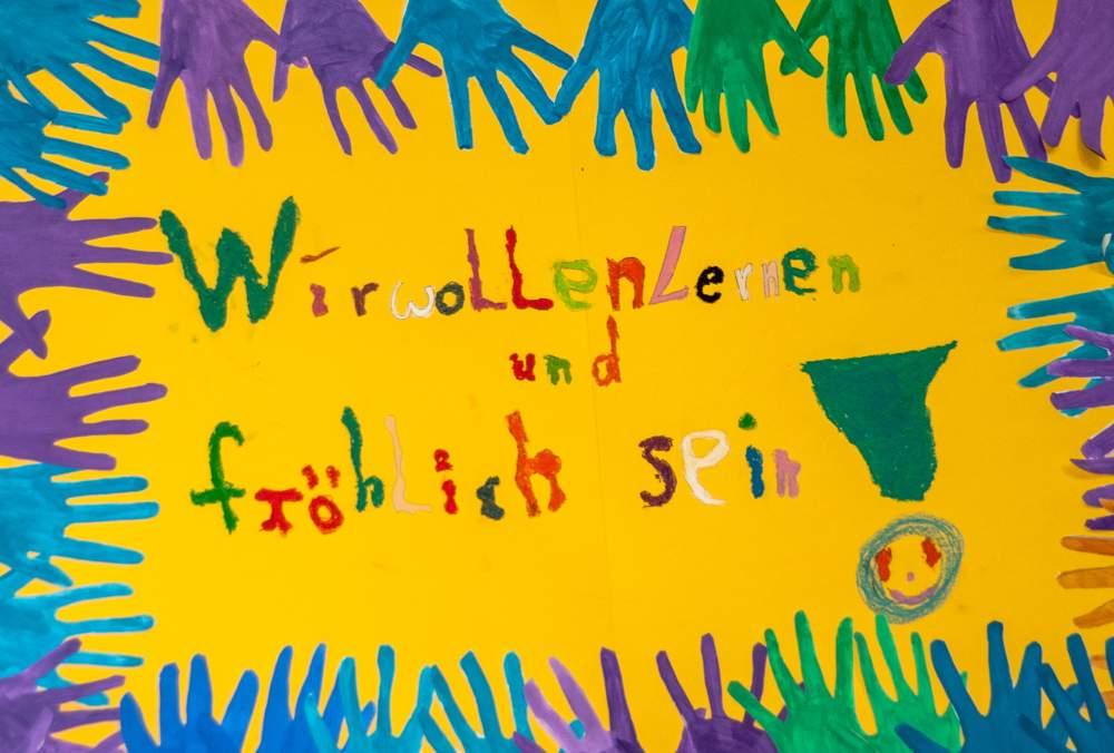 """Plakat """"Wir wollen lernen und fröhlich sein"""" aus der Projektwoche 2012"""