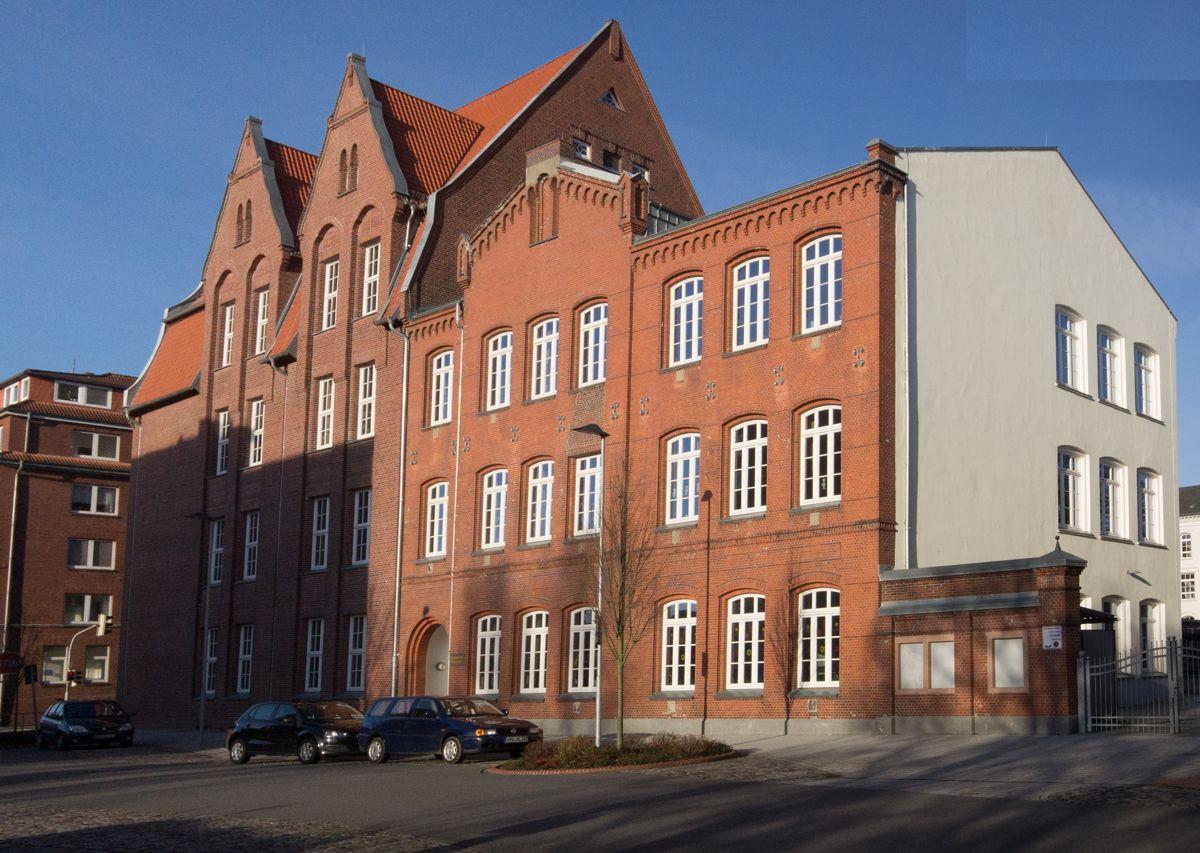 Schule von der Rheinstraße aus gesehen