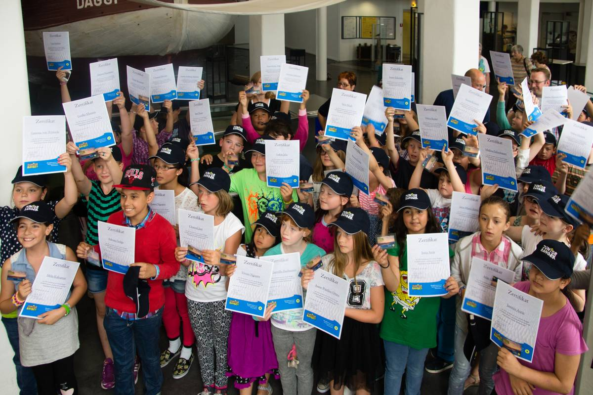 Die Kinder mit ihren Urkunden, Keppies und Ausweisen