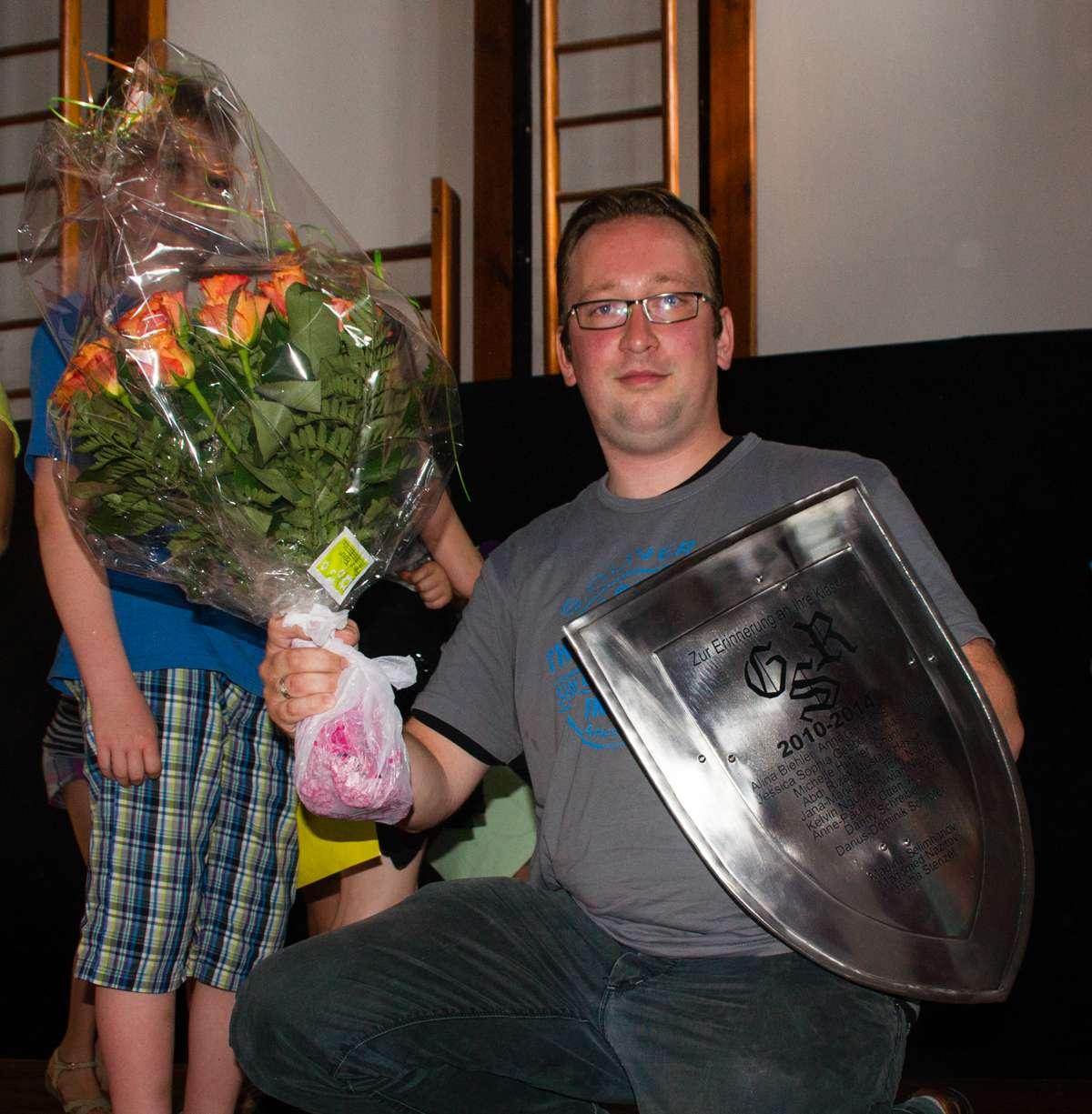 Herr Lubian mit seinem Geschenk, einem mittelalterichen Schild mit Namen aller Kinder.