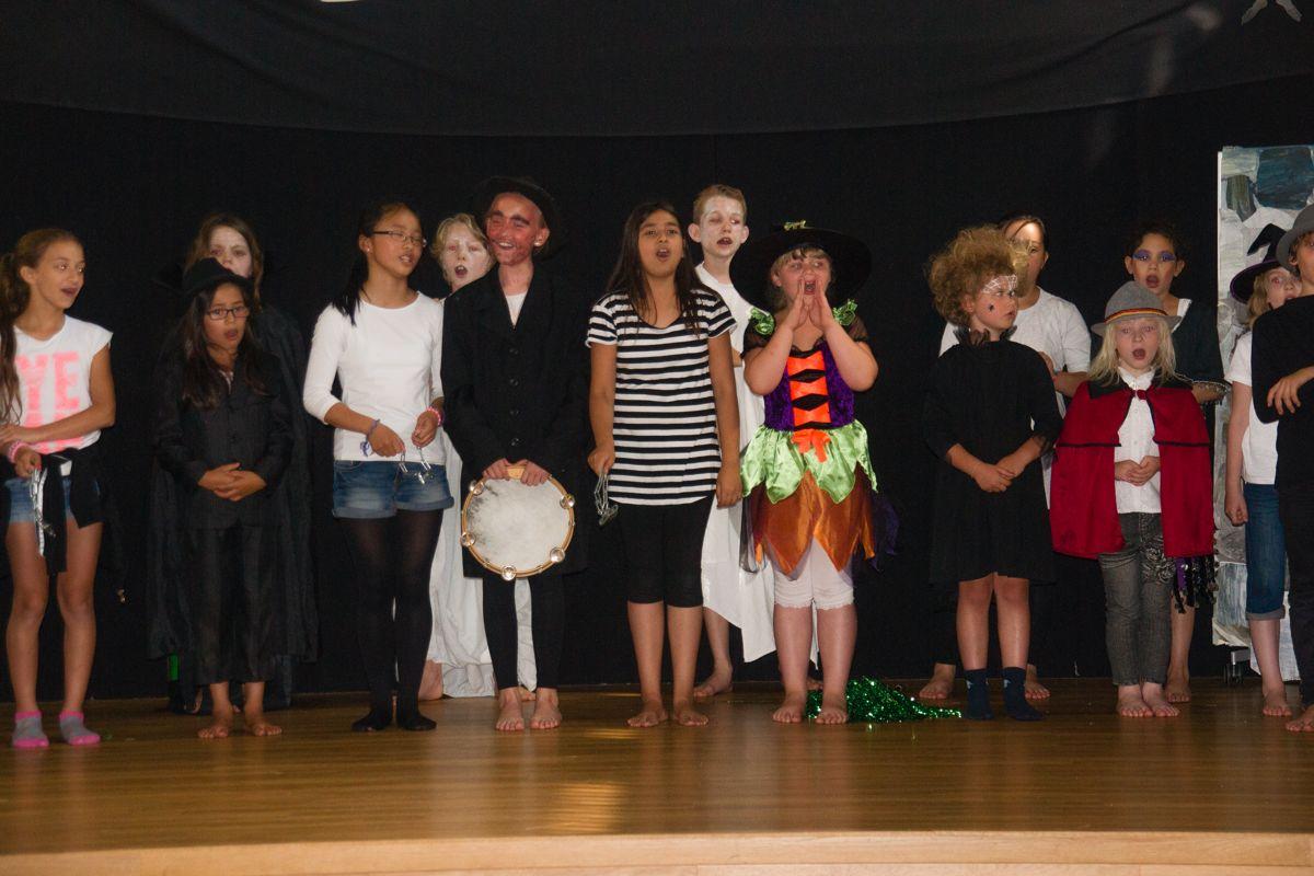 Die Kinder auf der Bühne beim ersten Song.