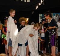 Die Geister (Lennart und Justin) bringen dem Flaschengeist (Yara) ein Geschenk zum 1000. Geburtstag.