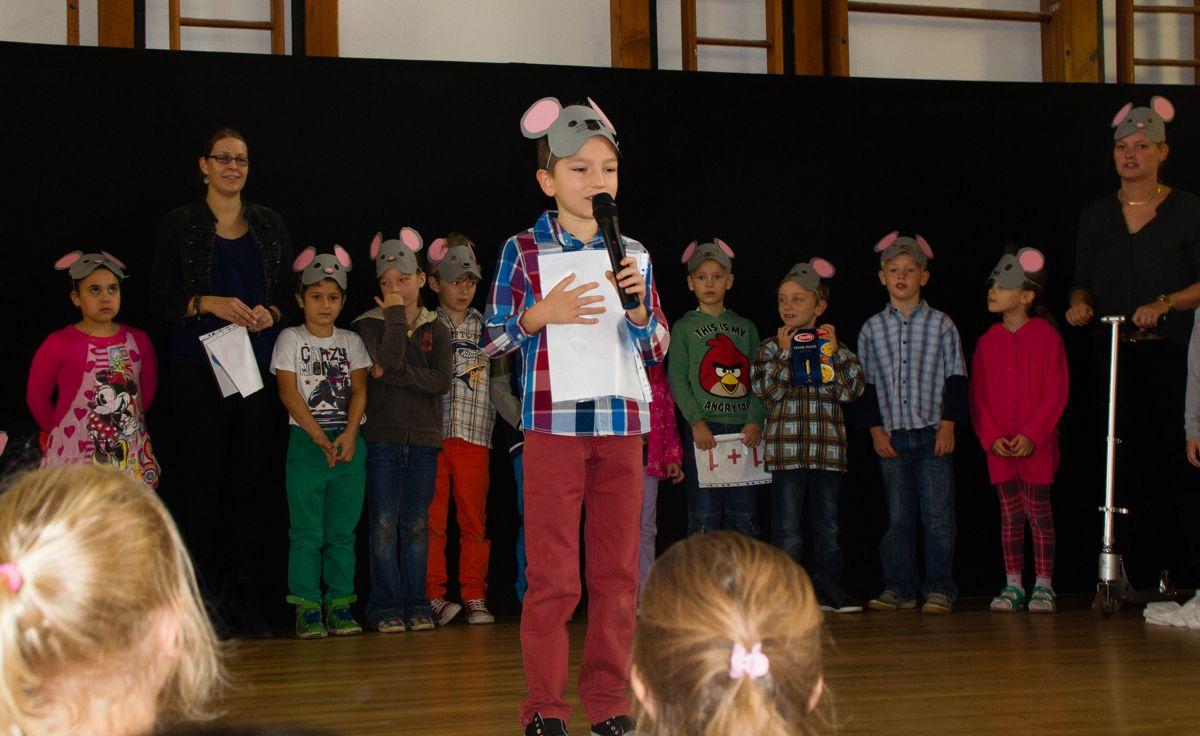 """Die Kinder der 2b und der 2c trugen das """"Mäuse-ABC"""" vor."""