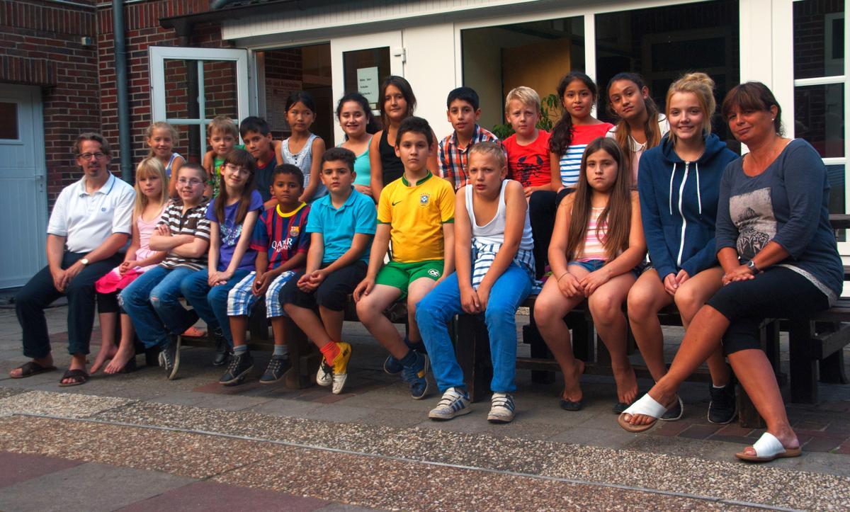 Alle Teilnehmer der Klassenfahrt haben sich zu einem Gruppenfoto versammelt.