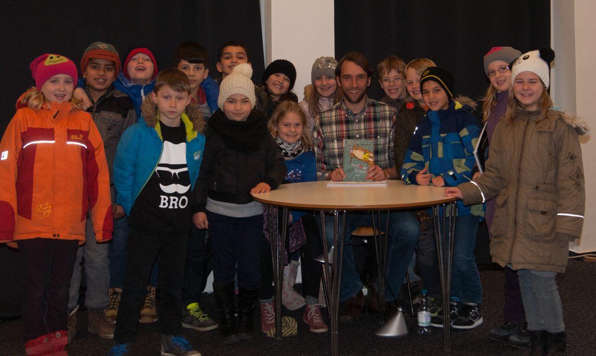 Jarno Stiddien mit den Kindern der Klasse 3a