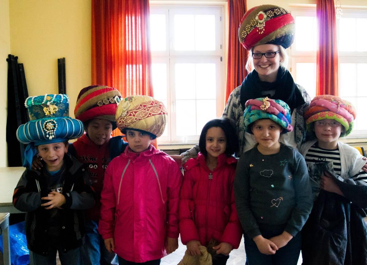 Die Kinder der Klasse 2b durften auch die Kopfbedeckungen aufprobieren.