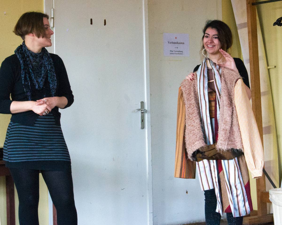 Britta Hollmann (links) zeigt die Kostüme.