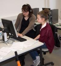 Theaterfabrik 2014 - Katharina Guleikoff (li) erklärt Jana, wie man einen Radiobeitrag bearbeitet.