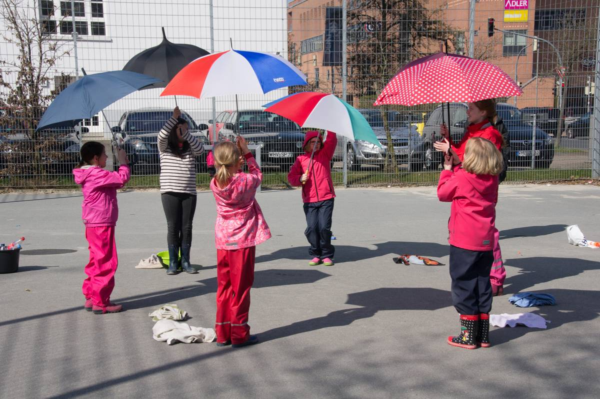 Noch bleibt es trocken: Übungen mit Regenschirmen und Handtüchern