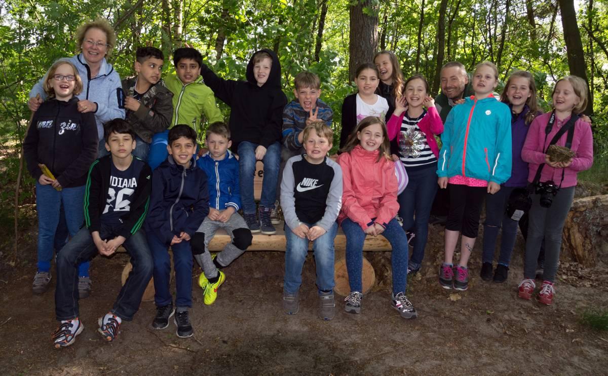 Gruppenfoto im Wald mit Klassenlehrerin Frau Theiß-Wessels (3.v.l.) und  Waldpädagoge Hajo Schilberg (4.v.r.)