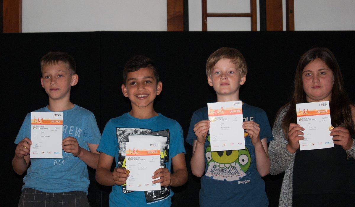 Über ihr erstes Sportabzeichen in Gold freuten sich Roma (4a), Zaid und Max (beide 3a). Naomi (4b) hatte zum zweiten Mal das Abzeichen in Gold geschafft!