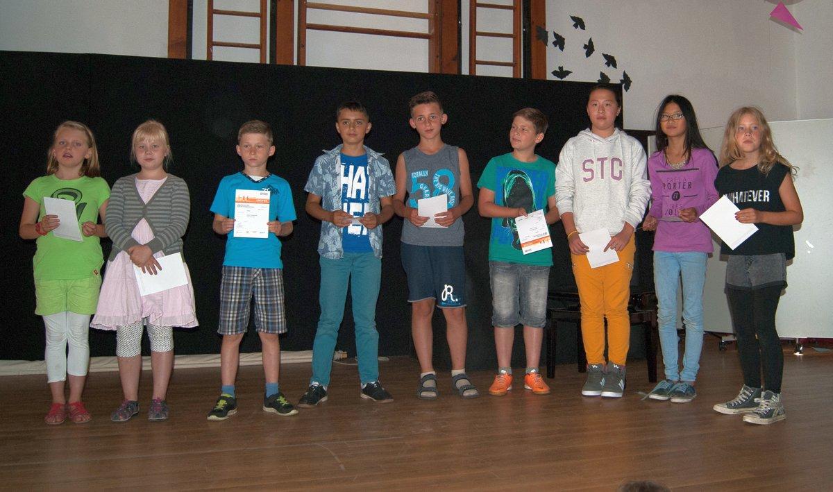 """Das Sportabzeichen """"Silber"""" schafften Melina und Darja (3b), Justin (3a), Sipan, Jendrik, Nikita und Hgoc-Duyen (4a) und Huong und Josefin aus der 4b."""
