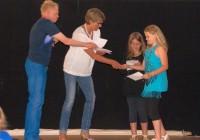 Herr Pfahl und Frau Felmberg verleihen die Sportabzeichen an Leonie und Bena aus Klasse 3a.