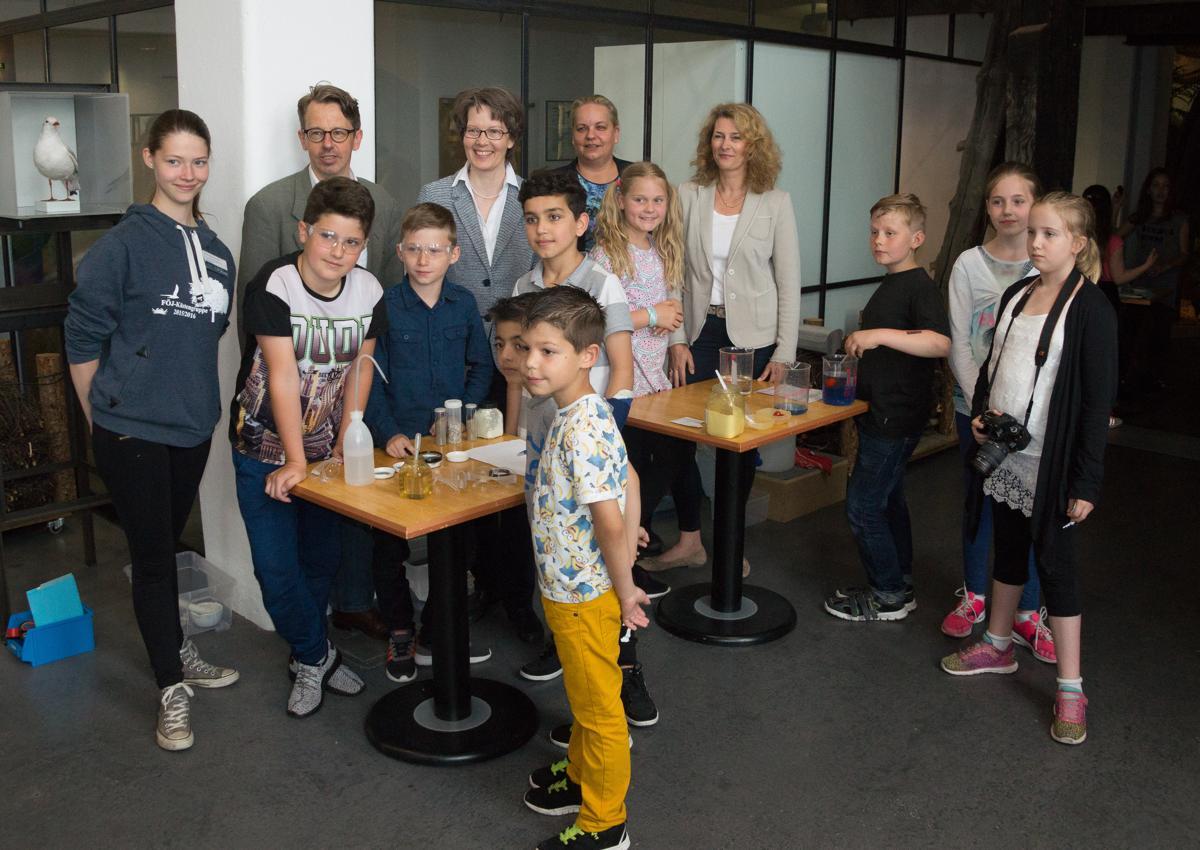 Auch ein offizielles Foto für die WZ wurde gemacht. Hinter den Kindern Herr Bergner und Vertreter der Sponsoren.