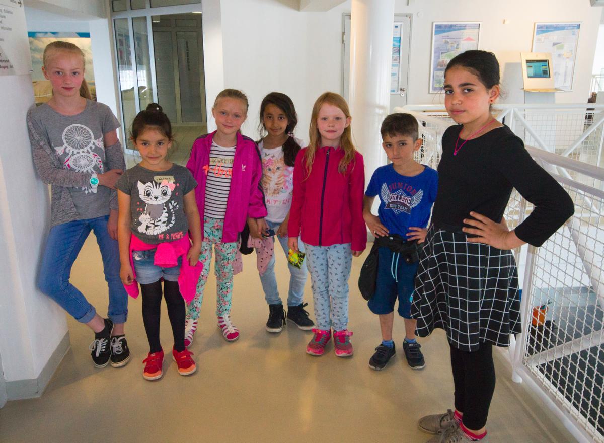 Bianca und Fatima führen eine Gruppe Erstklässler