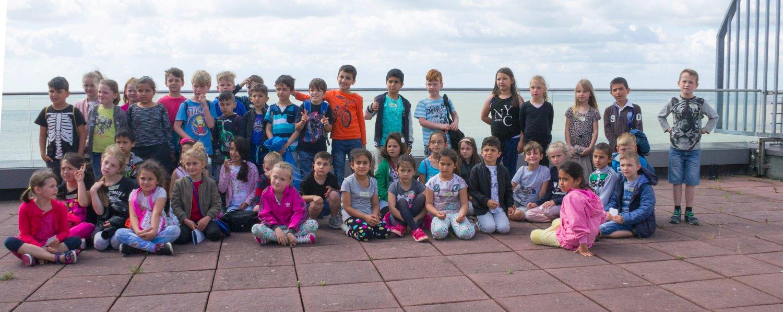 Von der Dachterasse hatten die Kinder eine gute Aussicht auf das Watt. Zu, Schluss noch schnell ein Gruppenfoto, dann mussten die ersten Klassen zur Schule zurück.