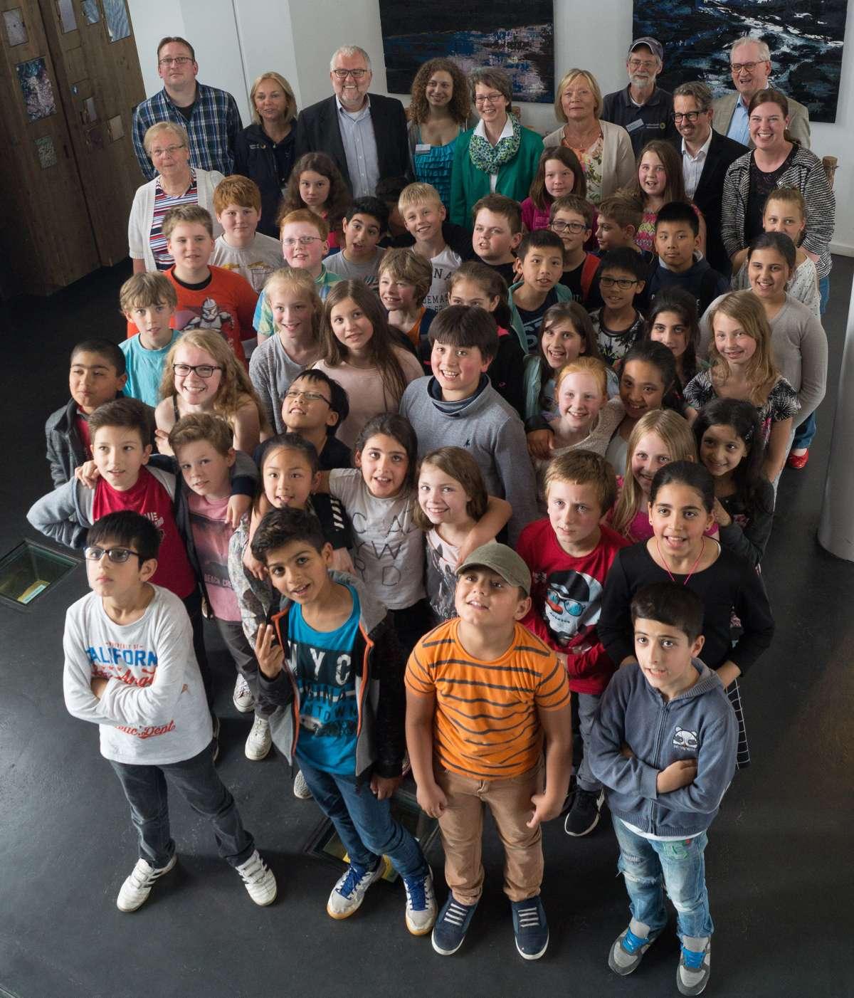 Abschlussfoto der Veranstaltung am 16.6.2017; im Hintergrund die Lehrer, die verantwortlichen Mitarbeiter des Wattenmeer-Besucherzentrums und Vertreter der Sponsoren