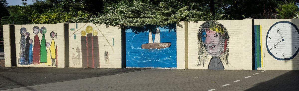 """Die fast fertige Mauer (Eingangsseite); Detailbilder und ein Bild der """"Fahrradstandseite"""" werden in Kürze nachgereicht."""