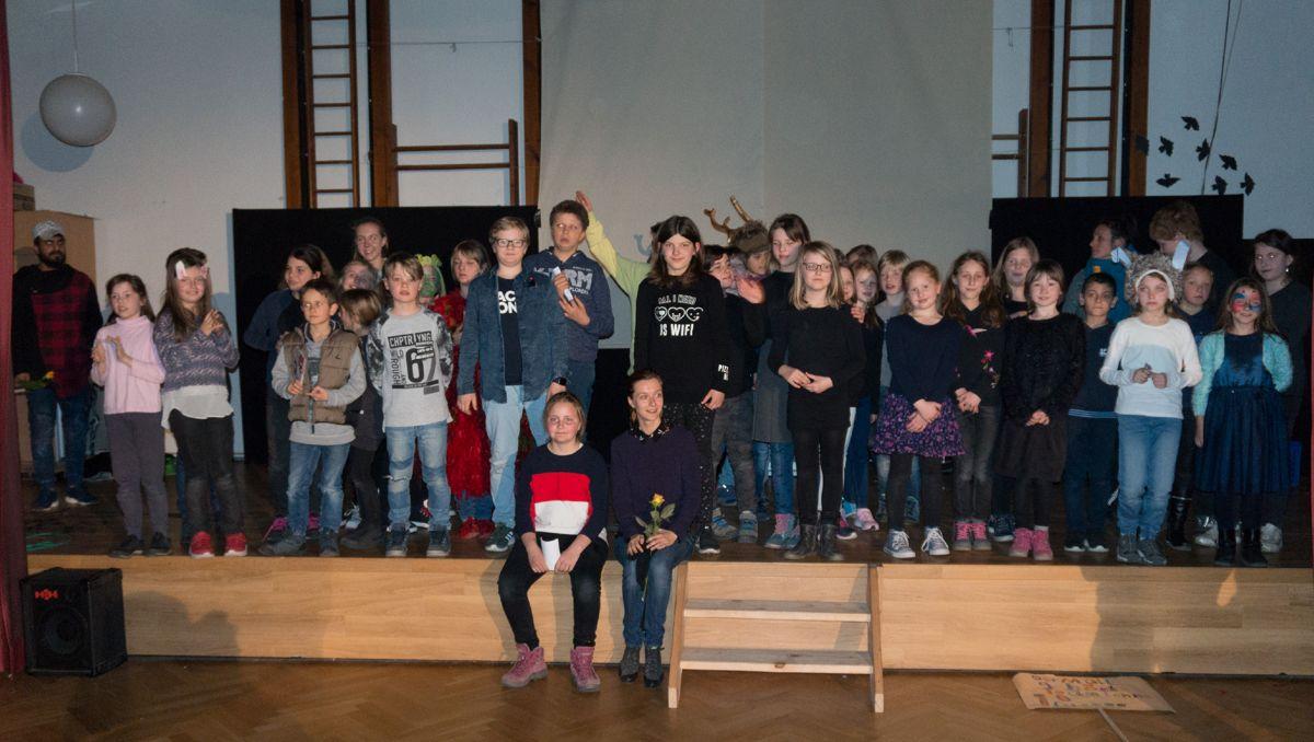 Schlussbild: Alle Beteiligen der Theaterfabrik sammeln sich noch einmal für ein gemeinsames Foto auf der Bühne.